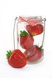Fraises dans un pot en verre sur un fond blanc Image stock