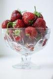 Fraises dans un vase en verre Photo stock