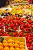 Fraises dans une stalle de fruit Photo stock