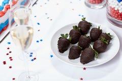 Fraises de chocolat sur la table au rassemblement d'élection Photos libres de droits