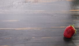Fraises douces de baie sur le fond en bois photos stock