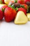 Fraises et bonbons de chocolat Photo stock