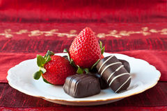 Fraises et chocolats d'une plaque Photo libre de droits