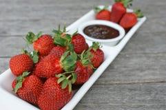Fraises et crème au chocolat Photographie stock libre de droits