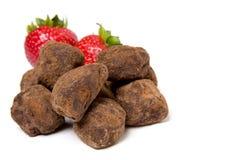Fraises et truffes de chocolat Image libre de droits