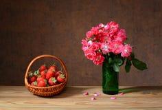Fraises fraîches dedans de panier en osier et de fleurs Photos libres de droits