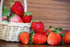Fraises fraîches, fraises dans un panier dans le jardin, fruit sain Photos stock
