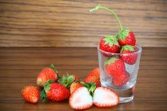 Fraises fraîches, fraises dans un panier dans le jardin, fruit sain Photo libre de droits