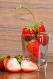 Fraises fraîches, fraises dans un panier dans le jardin, fruit sain Image libre de droits