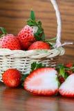 Fraises fraîches, fraises dans un panier dans le jardin, fruit sain Images stock