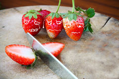 Fraises fraîches, fraises dans un panier dans le jardin, fruit sain Image stock