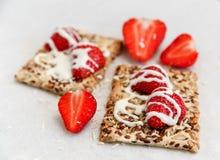 Fraises fraîches rouges, biscuit avec des grains, lait doux Livre blanc Nourriture savoureuse saine organique de petit déjeuner Images libres de droits