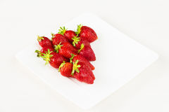 Fraises fraîches rouges dans un plat blanc d'isolement sur le fond blanc Fermez-vous vers le haut de la vue Photographie stock