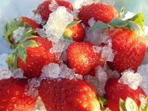 Fraises mûres en glace image stock