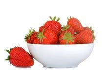 Fraises m?res et d?licieuses fraise rouge dans la cuvette blanche sur le fond d'isolement blanc image libre de droits