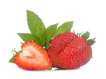 Fraises m?res et d?licieuses fraise rouge et feuille en bon état sur le fond d'isolement blanc photos stock