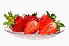 Fraises rouges fraîches dans un plat en verre avec l'isolement sur un fond blanc Photo libre de droits