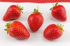 Fraises sur le fond blanc Saison de fraise dessus Photos libres de droits