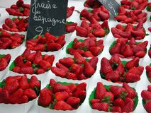 Fraises sur le marché, Nice, France Image libre de droits