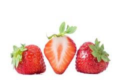 Fraises Trois fruits de fraise, un ont coupé dans la moitié avec la fleur sur le fond blanc Images stock