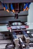 Fraiseuse de commande numérique par ordinateur de travail des métaux Images stock
