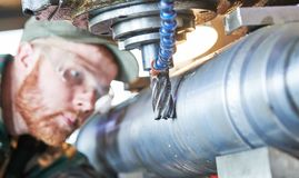 Fraiseuse fonctionnante de miller de travailleur à l'usine industrielle de fabrication photographie stock