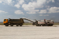 Fraiseuse froide enlevant la couche d'asphalte Photos stock