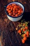 Fraisiers communs frais dans une tasse sous forme de coeur, symbole de l'amour Fond en bois La vue à partir du dessus Image stock
