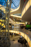 FRAKFURT НА ОСНОВЕ, ГЕРМАНИИ - 01,2016 -ГО НОЯБРЕ: Интерьер торгового центра MyZeil в Франкфурте Оно ` s конструированный мимо Стоковая Фотография RF
