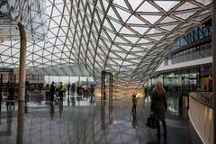 FRAKFURT EN LA TUBERÍA, ALEMANIA - NOVIEMBRE 01,2016: El interior del centro comercial de MyZeil en Francfort Él ` s diseñado cer Foto de archivo libre de regalías