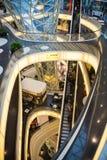 FRAKFURT OP LEIDING, DUITSLAND - NOVEMBER 01.2016: Het binnenland van MyZeil-winkelcentrum in Frankfurt Het ` s langs ontworpen Stock Foto