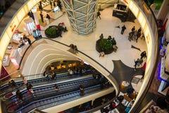 FRAKFURT OP LEIDING, DUITSLAND - NOVEMBER 01.2016: Het binnenland van MyZeil-winkelcentrum in Frankfurt Het ` s langs ontworpen Stock Foto's