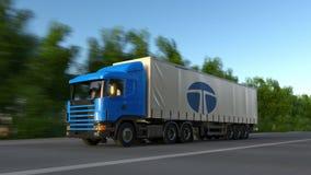 Frakta den halva lastbilen med den Tata Group logoen som kör längs skogvägen Redaktörs- tolkning 3D Arkivbild