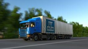 Frakta den halva lastbilen med logoen för korporationen för teknik för Kina statkonstruktion som kör längs skogvägen, sömlös ögla Royaltyfria Bilder