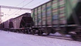 Frakta drevflyttningar på den hög hastigheten i vinter efter tungt snöfall Delvist obetydlig rörelsesuddighet Ryssland arkivbild