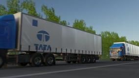 Frakta halva lastbilar med den Tata Group logoen som kör längs skogvägen Redaktörs- tolkning 3D Royaltyfria Bilder