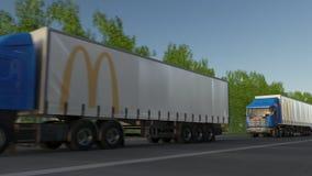 Frakta halva lastbilar med logoen för McDonald ` som s kör längs skogvägen Redaktörs- tolkning 3D Royaltyfri Foto