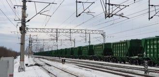 Frakta järnväg bilar Sammansättningen av de järnväg bilarna Bilar på järnvägen royaltyfria bilder