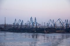Frakta sändningsbehållare och gasbehållare på skeppsdockorna i den logistiska importexporten och affären Handelport, skepplast so royaltyfri bild