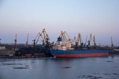 Frakta sändningsbehållare och gasbehållare på skeppsdockorna i den logistiska importexporten och affären Handelport, skepplast so royaltyfri fotografi