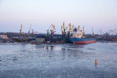 Frakta sändningsbehållare och gasbehållare på skeppsdockorna i den logistiska importexporten och affären Handelport, skepplast so royaltyfria bilder