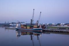 Frakta sändningsbehållare och gasbehållare på skeppsdockorna i den logistiska importexporten och affären Handelport, skepplast so fotografering för bildbyråer