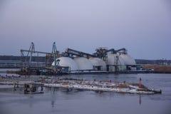 Frakta sändningsbehållare och gasbehållare på skeppsdockorna i den logistiska importexporten och affären Handelport, skepplast so arkivbilder