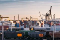 Frakta trans.havsport för import- och exportgods i lastbehållare med kranar, sändnings för industriell affär arkivfoton