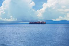 Fraktbåt i kanalen av Juan de Fuca Fotografering för Bildbyråer