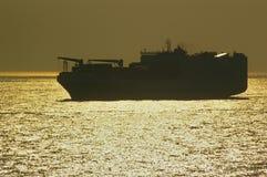 Fraktbåt i Nordsjön på solnedgången arkivbild
