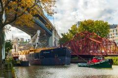 Fraktbåt och bogserbåt Arkivfoton