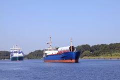 Fraktbåt och förlagematareskepp på Kiel Canal Fotografering för Bildbyråer