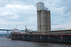 Fraktbåt och kornsilo på Lake Superior Arkivbild