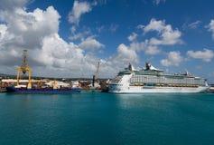 Fraktbåt och kryssningskepp Arkivbild